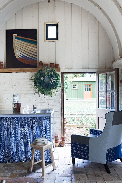 Мягкое кресло на кухне