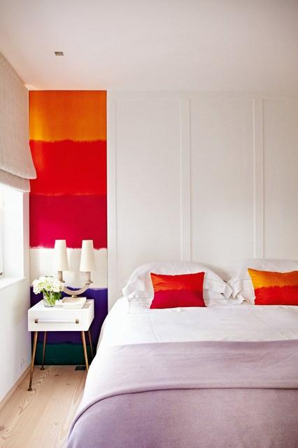 Яркие акценты в светлой спальне