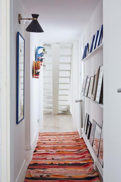 Картины на стенах в узком коридоре