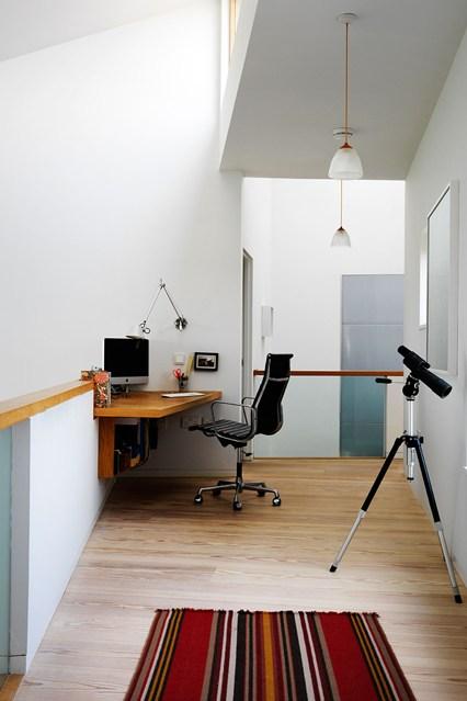 Маленький кабинет в углу