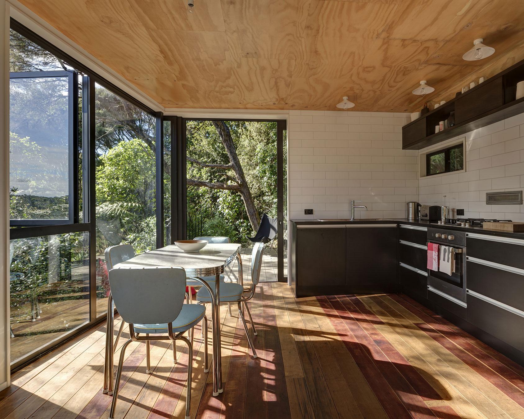 Дизайнерский интерьер небольшой кухни - фото 13