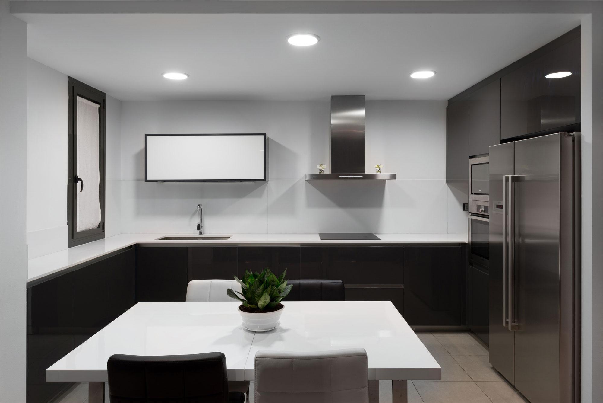 Дизайнерский интерьер небольшой кухни - фото 20