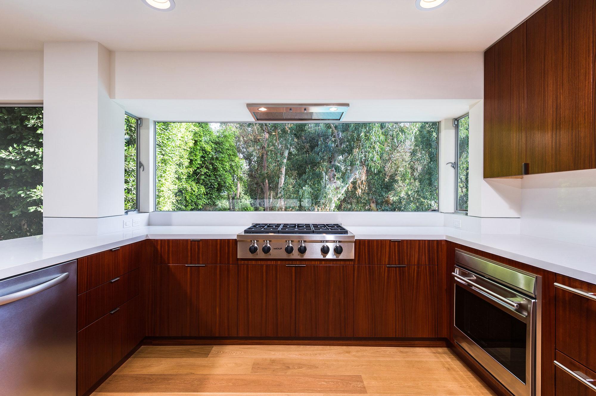Дизайнерский интерьер небольшой кухни - фото 26