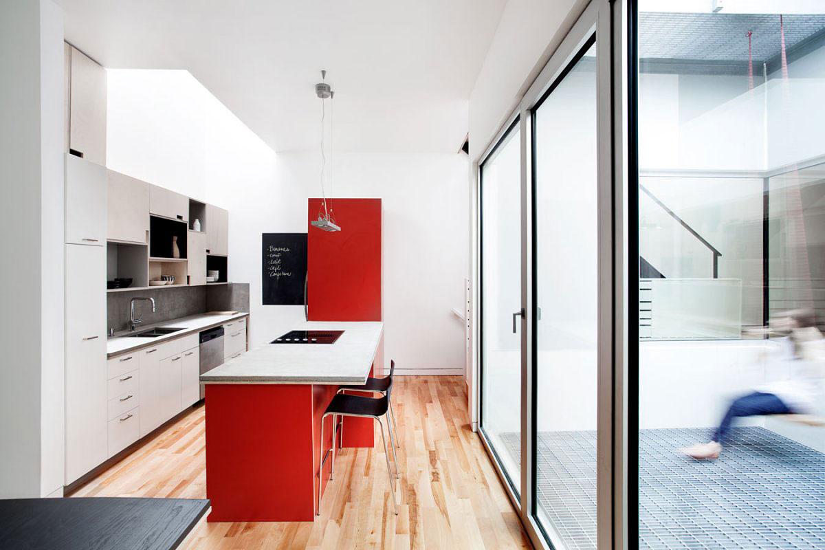 Дизайнерский интерьер небольшой кухни - фото 46