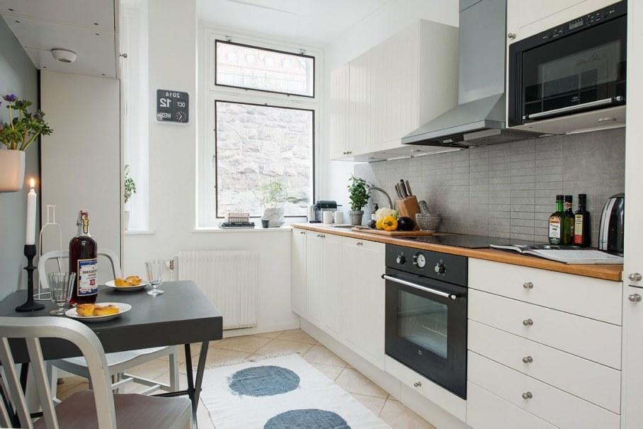 Чёрная мебель в интерьере маленькой белой кухни