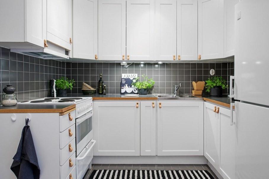 Чёрные акценты в интерьере небольшой белой кухни