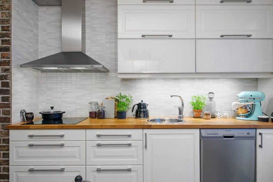 Глянцевая мебель в интерьере небольшой кухни