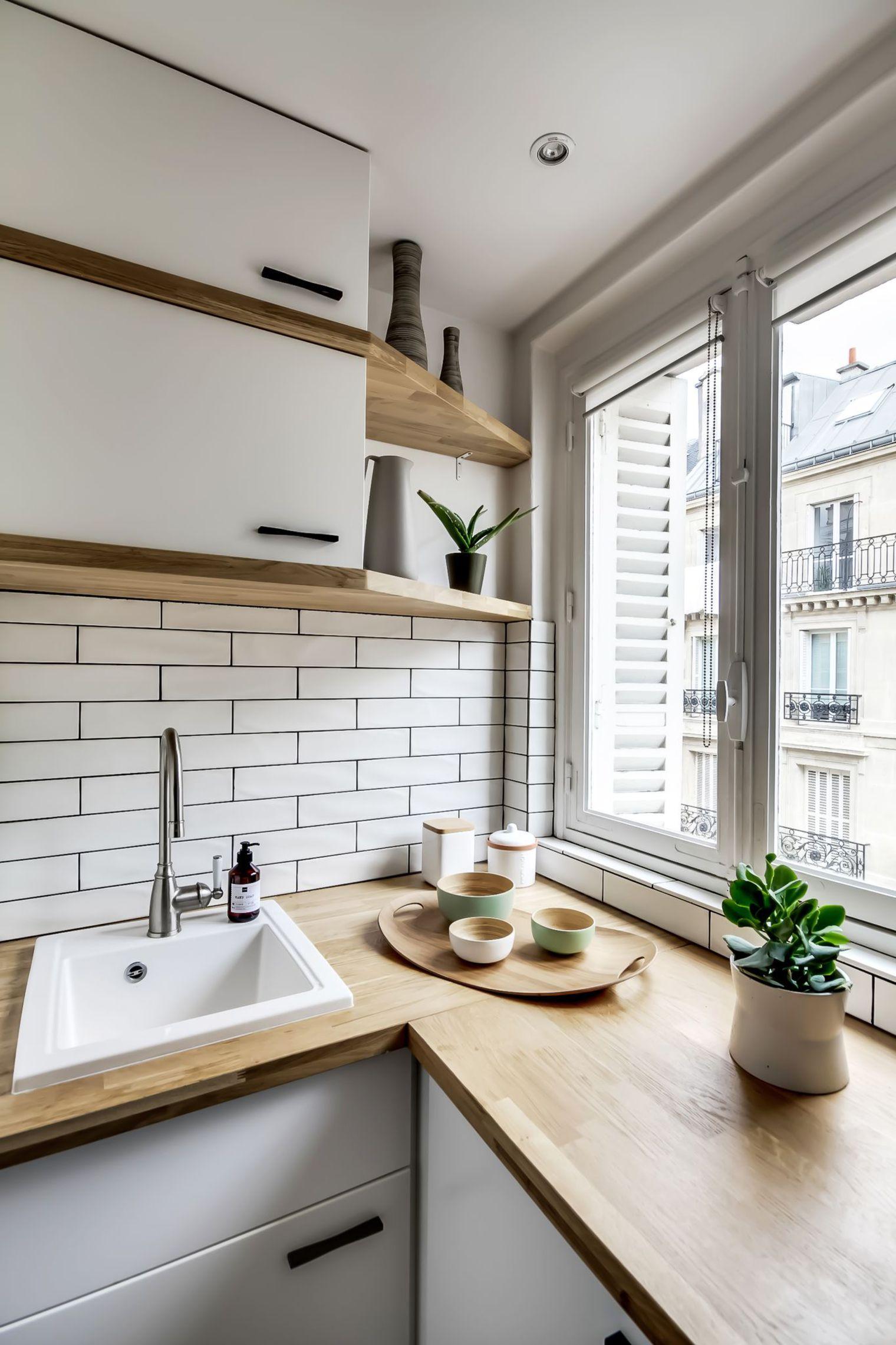 Светлое дерево в оформлении маленькой кухни