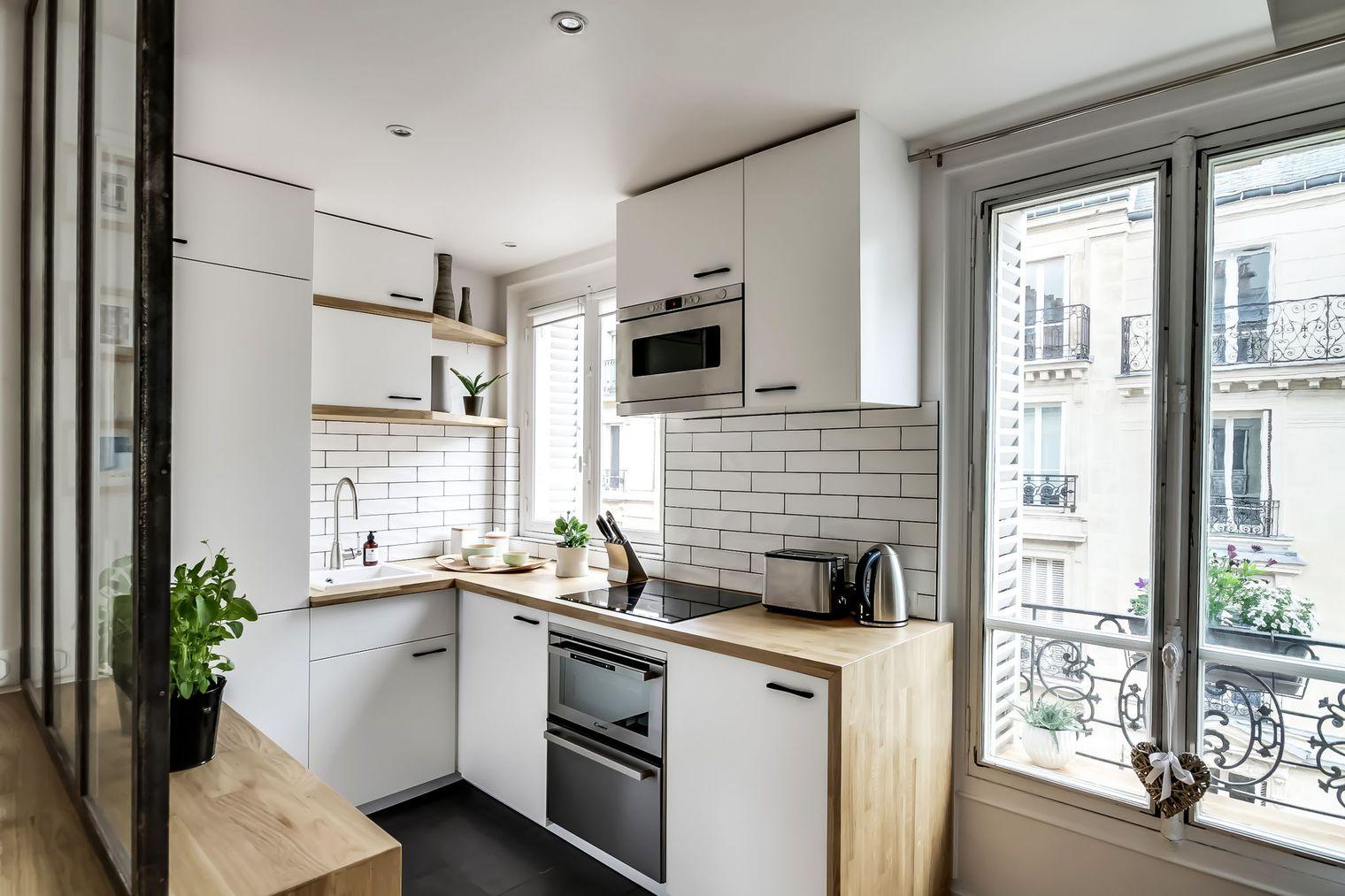 Угловая кухня в небольшой квартире
