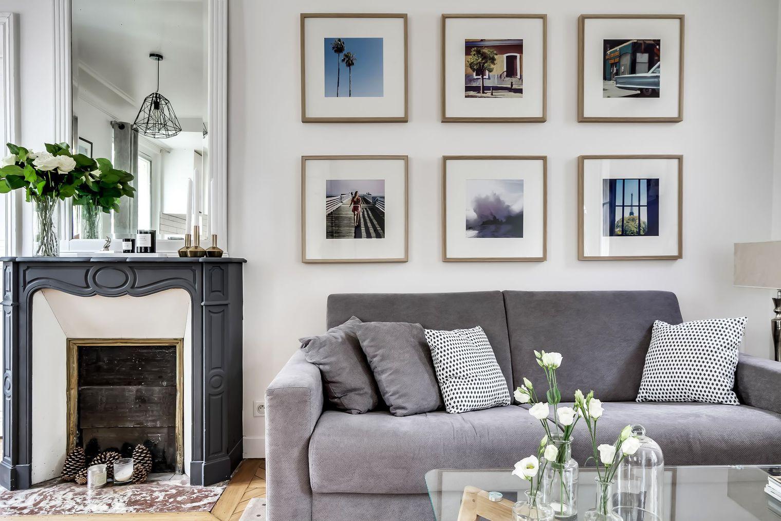 Картинная галерея в гостиной с камином
