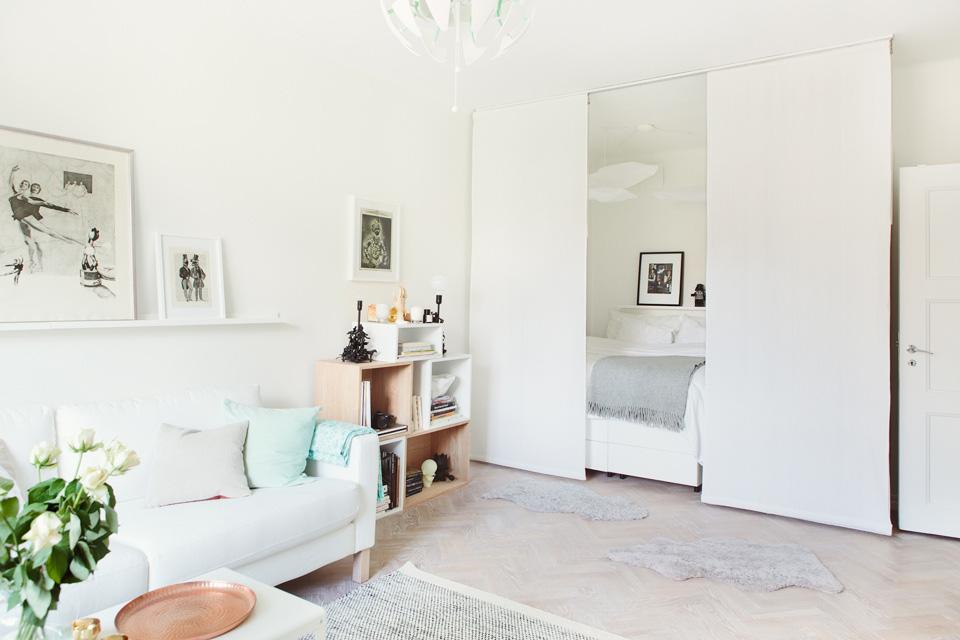 Спальня за перегородкой в небольшой однокомнатной квартире