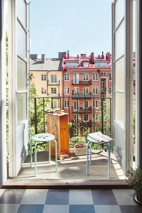 Маленький балкончик с видом на город