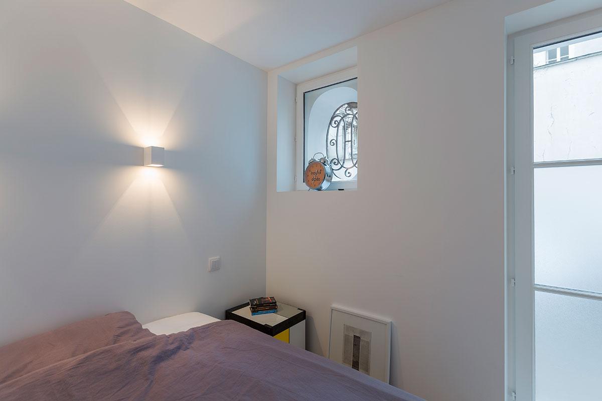 Рельефное окно в спальне