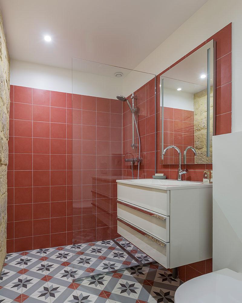 Красная плитка в интерьере маленькой ванноц