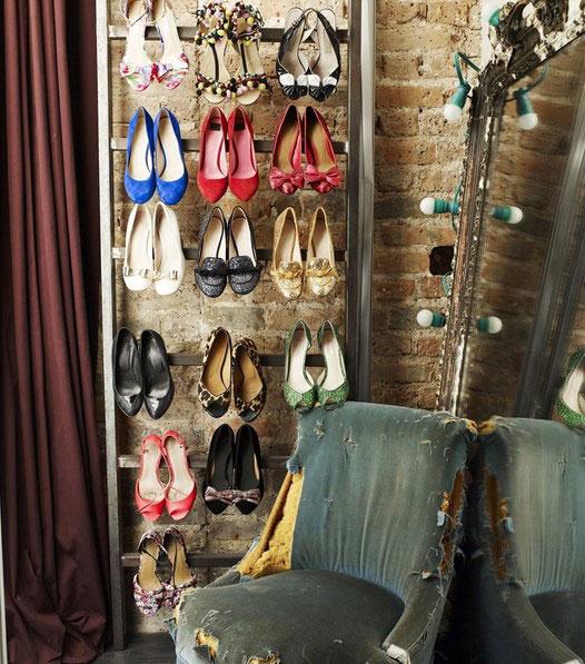 Состаренное кресло в гардеробной