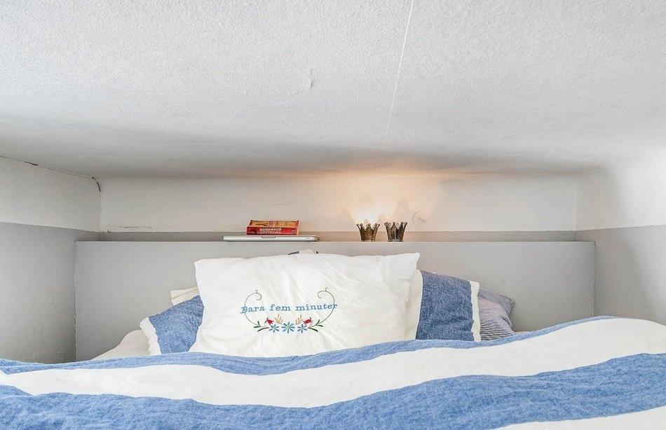 Спальня однокомнатной квартиры в Швеции