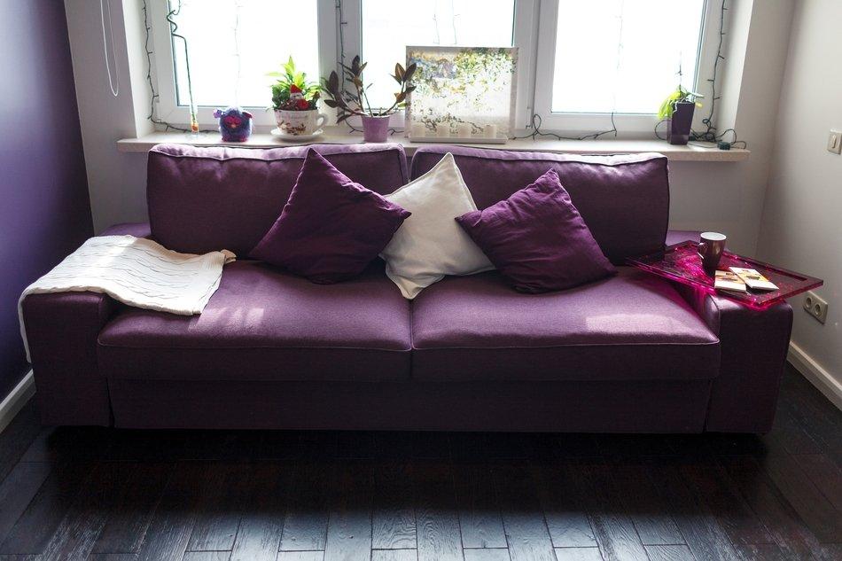 Фиолетовые диваны с подушками фото