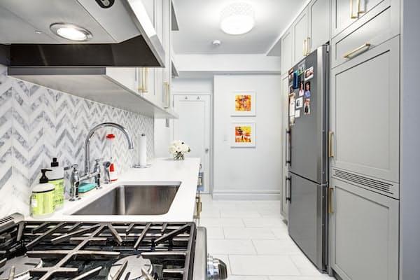 Интерьер светлой узкой кухни