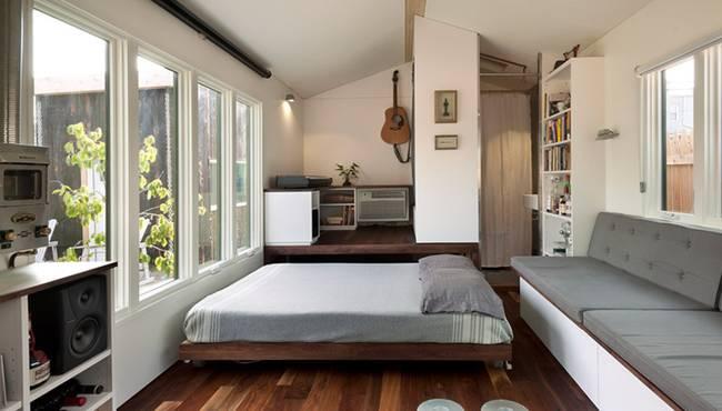 Интерьер загородного домика с выдвижной кроватью