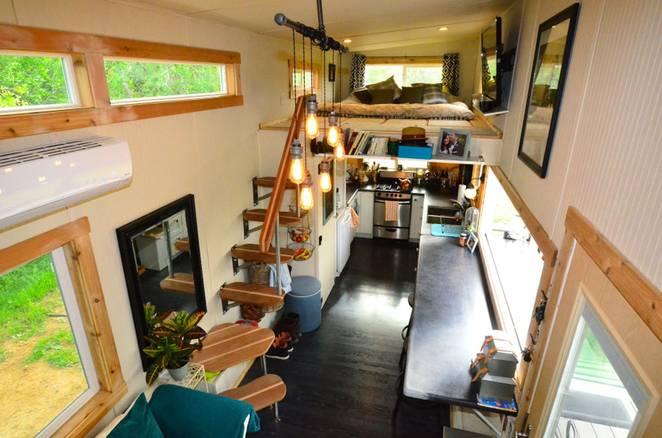 Интерьер загородного домика в двух уровнях