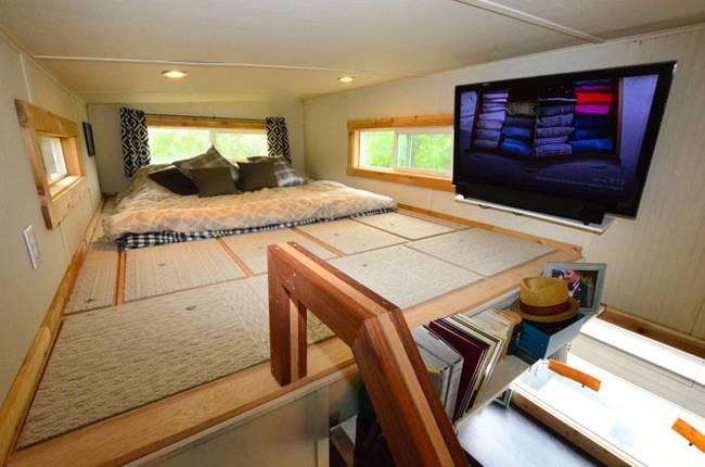 Спальня под потолком в маленьком загородном домике