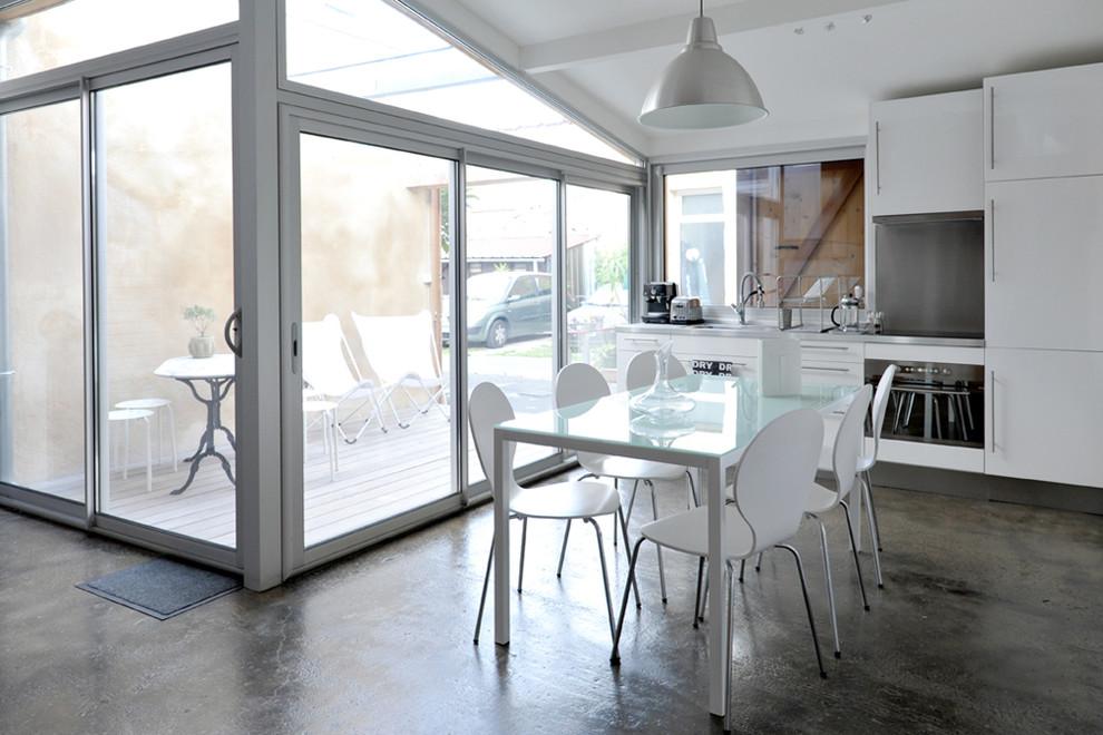 Кухня и столовая в гараже