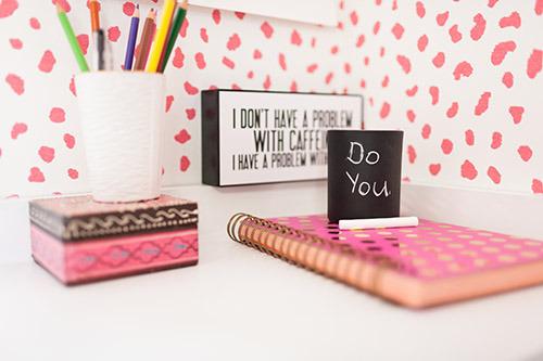 Офисные принадлежности на столе в кабинете