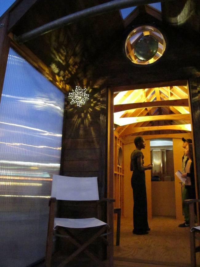 Как построить дом на колёсах своими руками: проект Доминик Муди  - освещение в ночное время