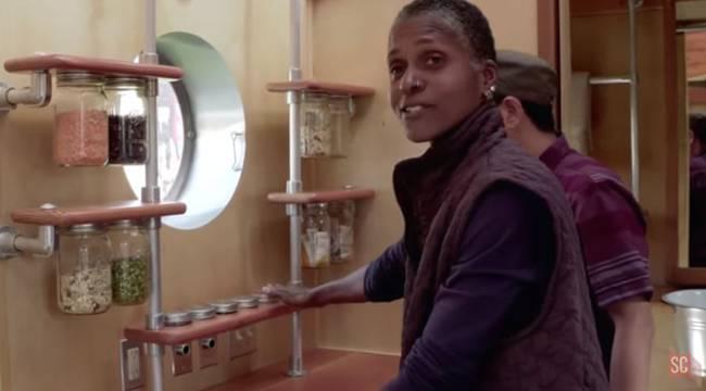Как построить дом на колёсах своими руками: проект Доминик Муди  - удобные полочки
