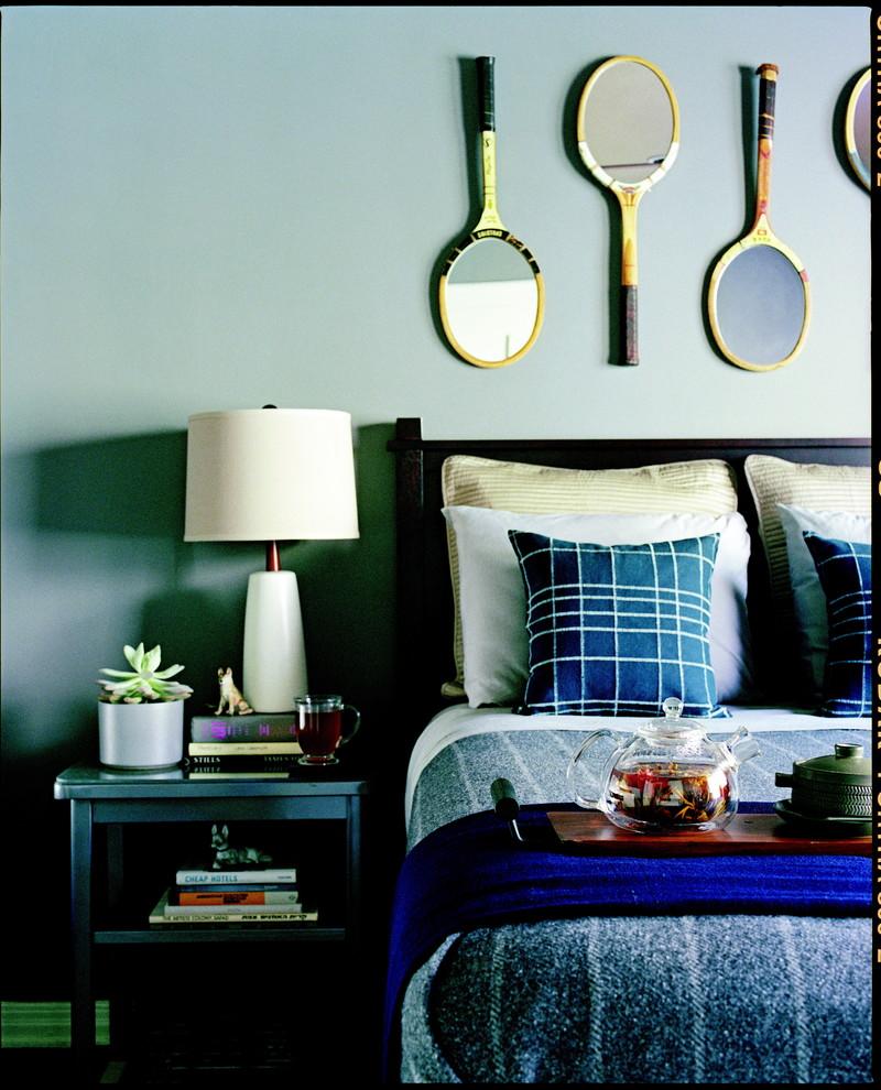 Зеркальные ракетки на стене в спальне