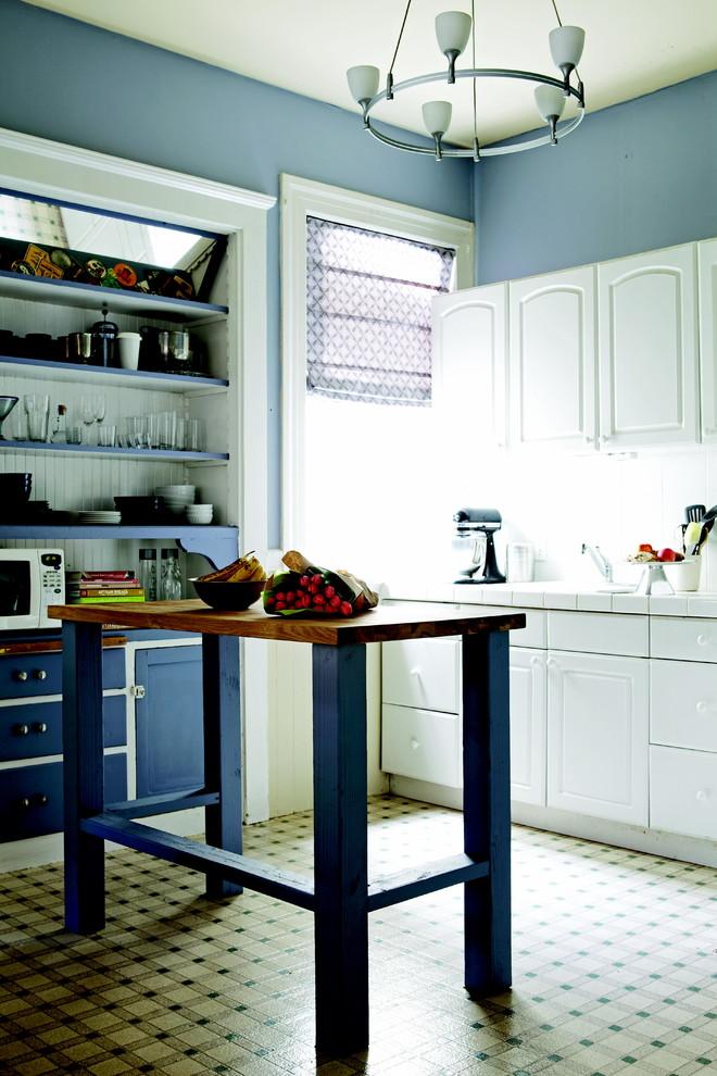 Буфет с зеркальной панелью на кухне