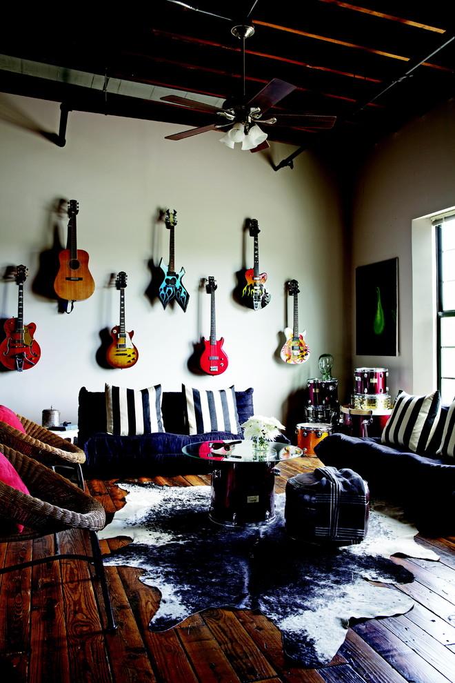 Гитары на стене в гостиной