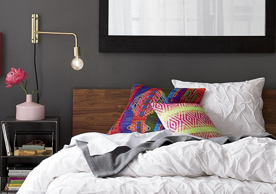 Яркие подушки в интерьере спальни