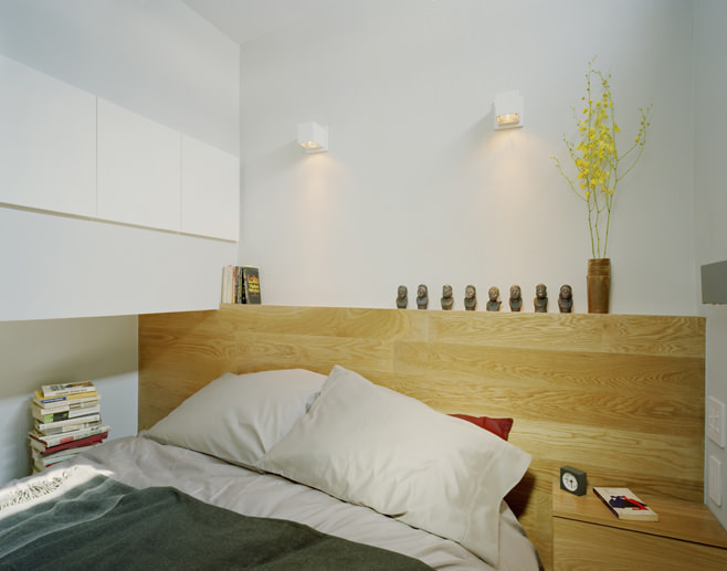Спальня прямоугольной квартиры с одним окном
