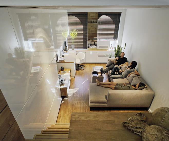Гостиная прямоугольной квартиры с одним окном