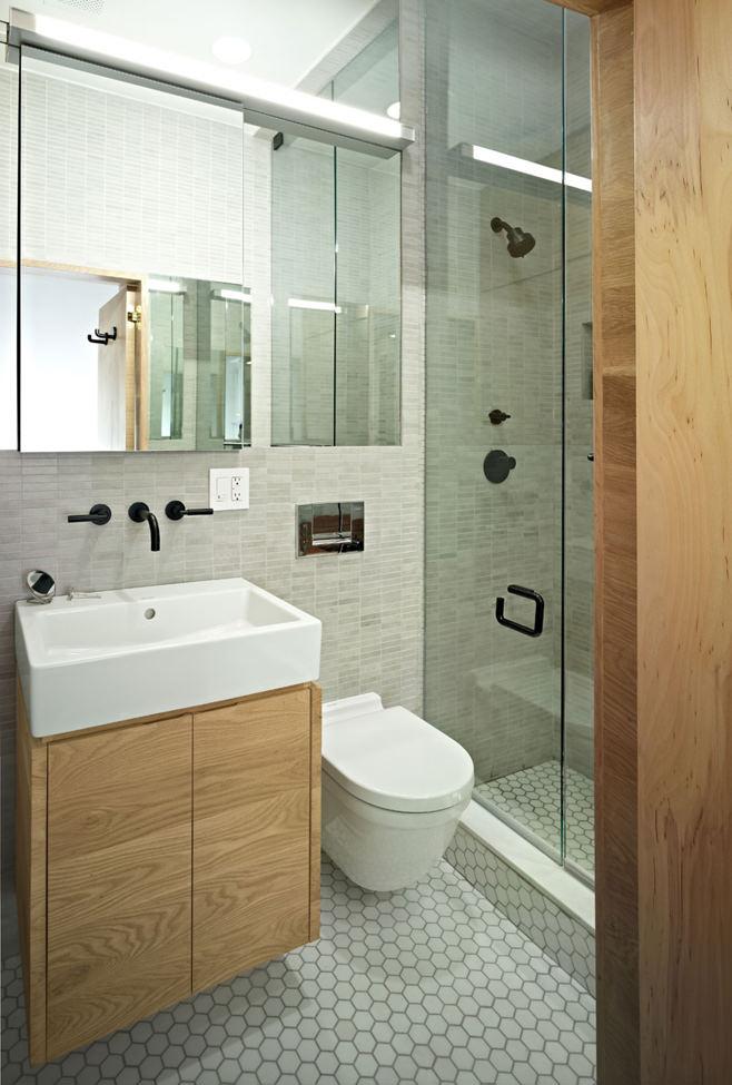 Ванная прямоугольной квартиры с одним окном