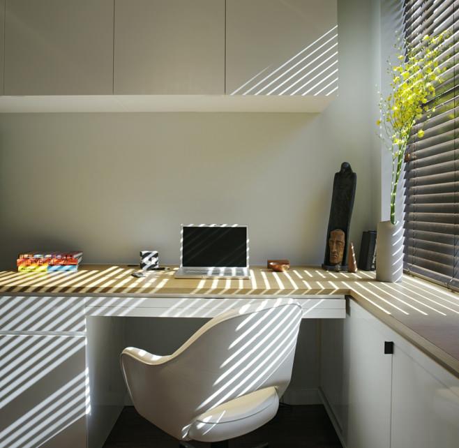 Кабинет прямоугольной квартиры с одним окном