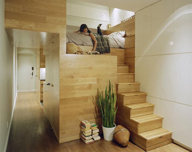 Двухуровневая кровать в прямоугольной квартире с одним окном