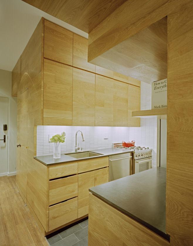 Кухня прямоугольной квартиры с одним окном