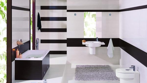 Горизонтальные полосы в интерьере маленькой ванной комнаты