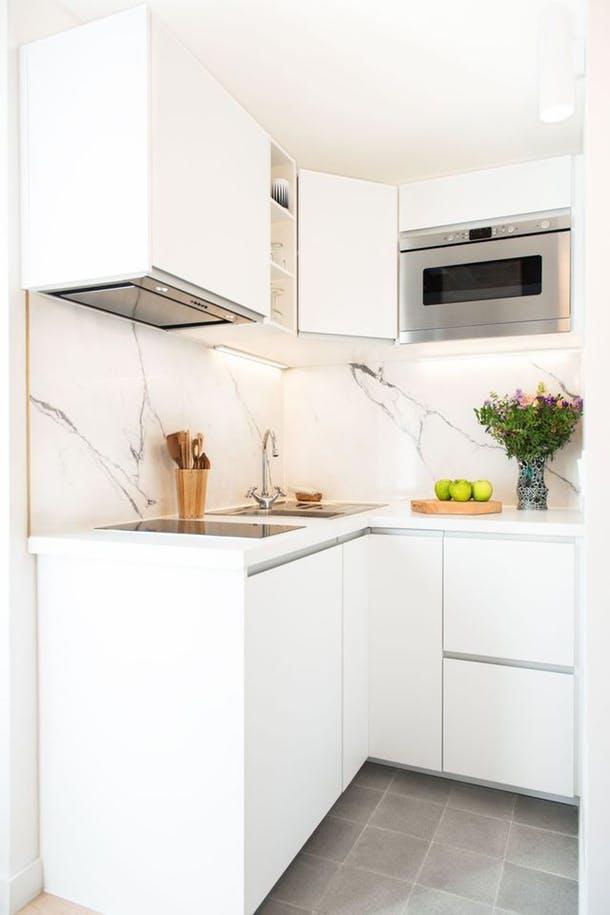Классический дизайн маленькой кухни в Париже