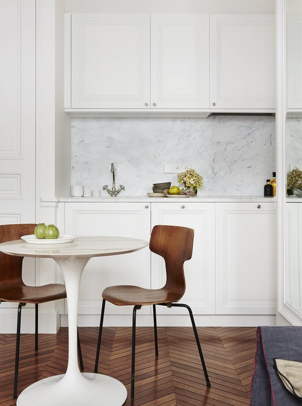 Классический дизайн маленькой кухни в кремовом цвете