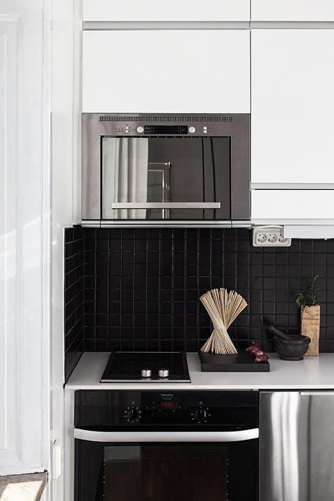 Тёмный кафель в классическом дизайне маленькой кухни