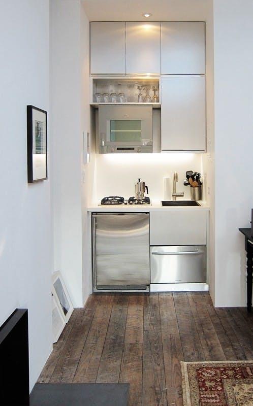 Классический дизайн маленькой кухни - дерево и металл