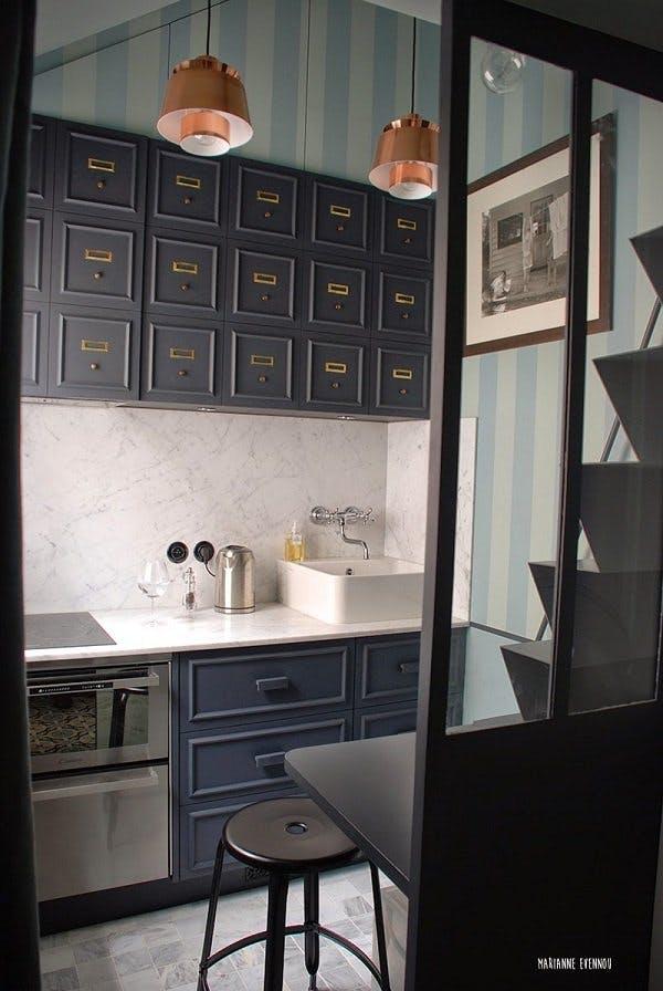 Классический дизайн маленькой кухни в тёмных тонах