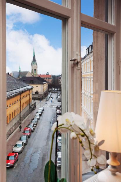 Окно с видом на город