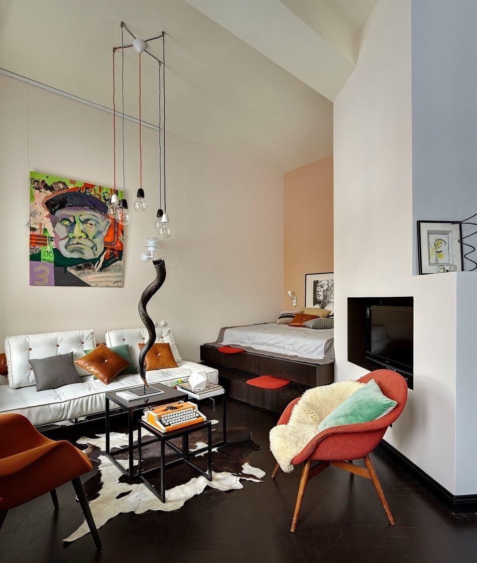 Яркие акценты в светлой квартире-студии