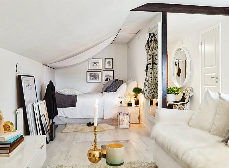 Белая квартира-студия в мансардном помещении