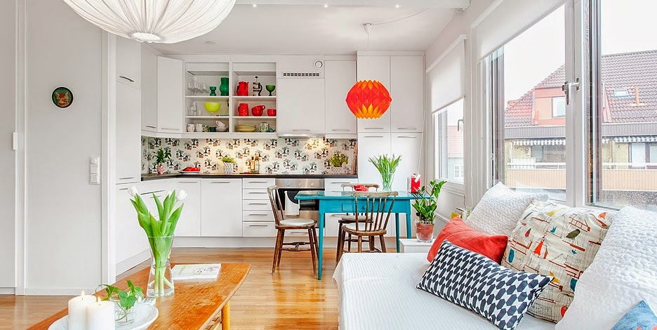 Яркие акценты в интерьере белой квартиры-студии