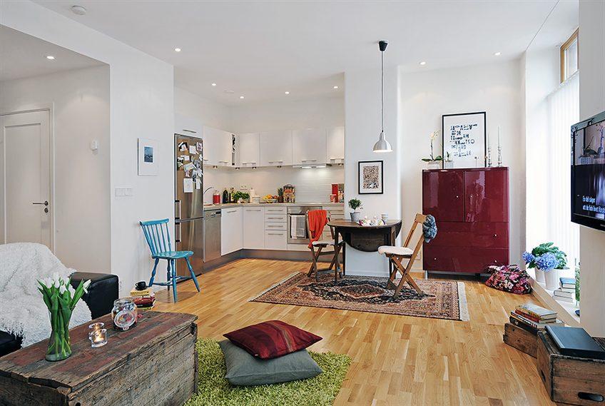 Яркие акценты в интерьере светлой квартиры-студии